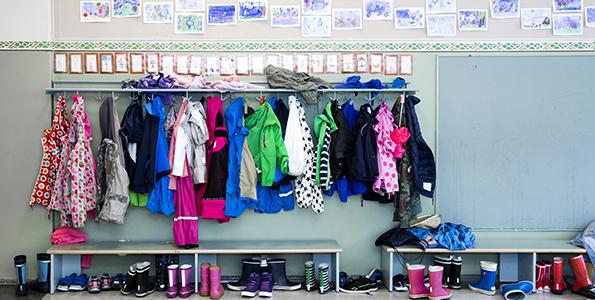 Koulun alkamiseen voi valmistautua yhdessä lapsen kanssa